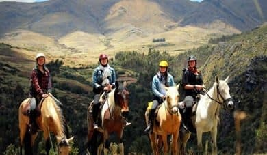 HORSEBACK BETWEEN THE MOUNTAINS OF CUSCO